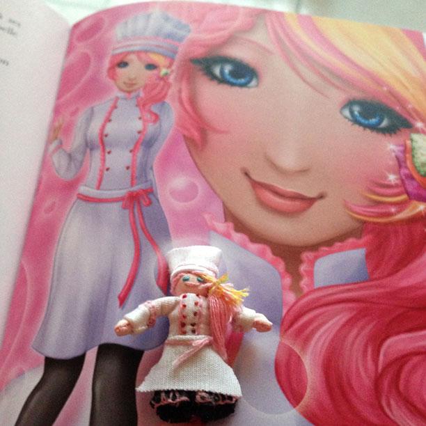 """Petite poupée fait-main à l'effigie de Cerisie, l'héroïne de """"Fraisie, la magie de la pâtisserie"""" ! Merci Michèle pour ce fantastique cadeau !"""