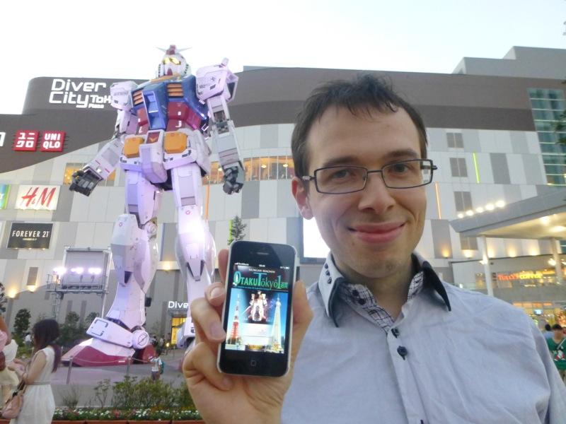 Morgan Magnin avec Otaku Tōkyō isshūkan et le Gundam géant à Odaiba - Tôkyô
